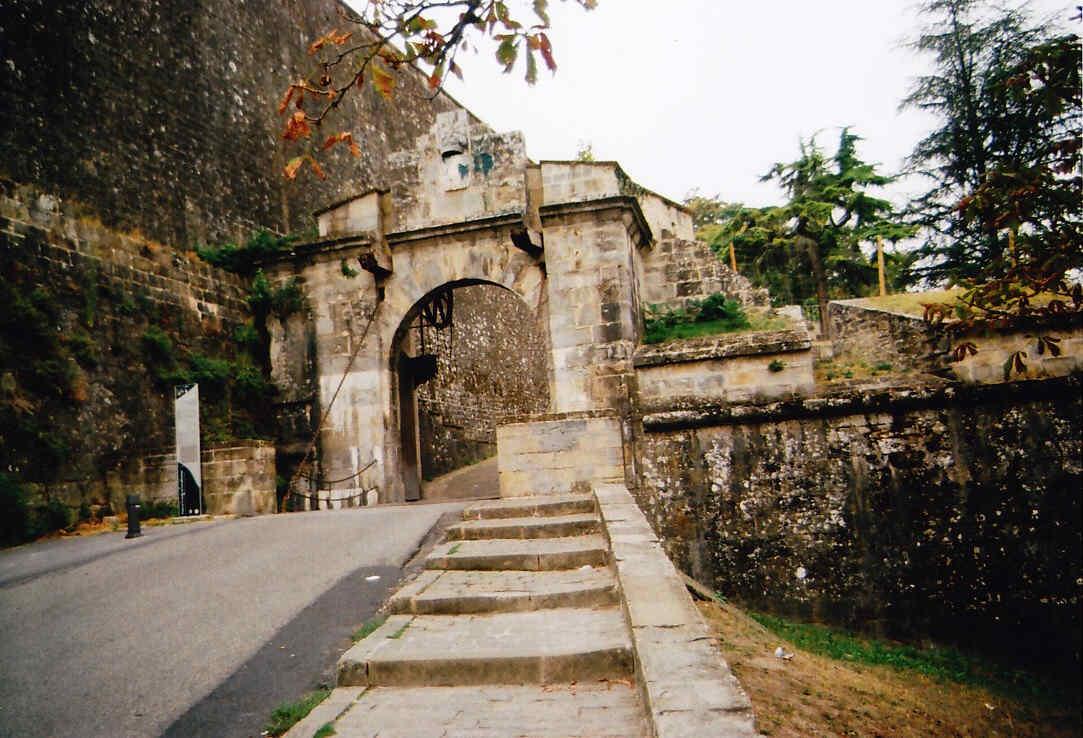 Paseo por las murallas de Pamplona El Portal de Francia
